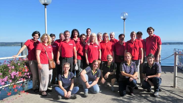 Mitglieder der Samaritervereine Gansingen und Wil posieren am Bielersee