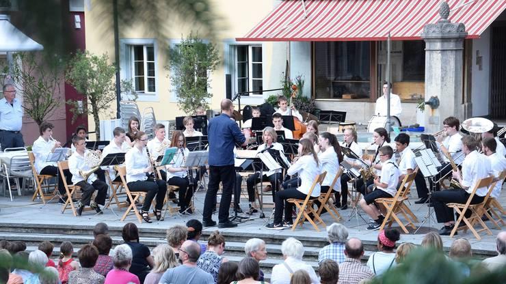 Die Jugendmusik spielt beim Erdbeeribrunnen zum Konzert auf.