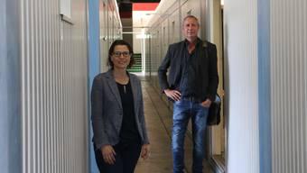 Pia Maria Brugger und Stephan Müller vom kantonalen Sozialdienst kurz vor der Eröffnung der Corona-Isolierstation im kantonalen Werkhof in Frick im April 2020.