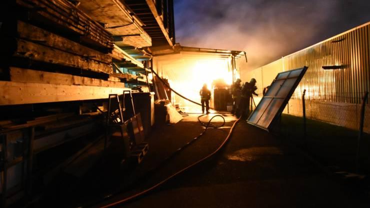 Der Feuerwehr gelang es in Altstätten SG trotz eines Fönsturms, ein Ausbreiten des Feuers auf weitere Gebäude zu verhindern. (St. Galler Kantonspolizei)