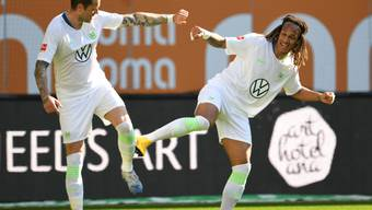 Kevin Mbabu (rechts) und Daniel Ginczek feiern das 2:1 gegen Augsburg