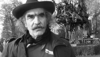 """Jean Tinguely 1990 vor seinem Werk """"Heureka"""" am Zürichhorn. Zum 25. Todestag widmet ihm sein Heimatkanton Freiburg 2016 einen grossen Veranstaltungsreigen (Archiv)"""