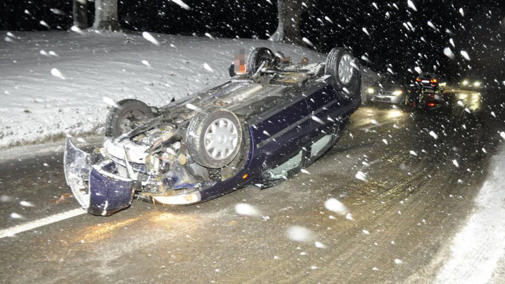 Ohne Verletzungen konnte am Montagabend ein 22-jähriger Autofahrer in Seewen SO nach einem Unfall sein Fahrzeug verlassen. Der Fahrer war mit Sommerpneus unterwegs.