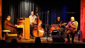 Brillante Musiker auf der Salzhaus-Bühne: Pianist Marian Petrescu, Kontrabassist Joel Locher, Schlagzeuger Alex Riel und Gitarrist Wawau Adler.