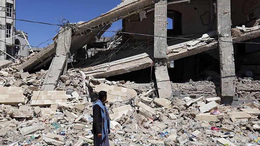 Trümmer in der Jemens Hauptstadt Sanaa nach einem saudi-arabischen Luftschlag: Bei den umstrittenen Luftangriffen sollen schon tausende Zivilisten umgekommen sein. Westliche Länder sollen deshalb auf Rüstungsgeschäfte mit Saudi-Arabien verzichten, fordert HRW. (Archivbild)