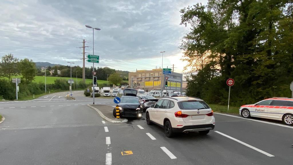 Autofahrer fährt in zwei andere Autos – Zeugen gesucht