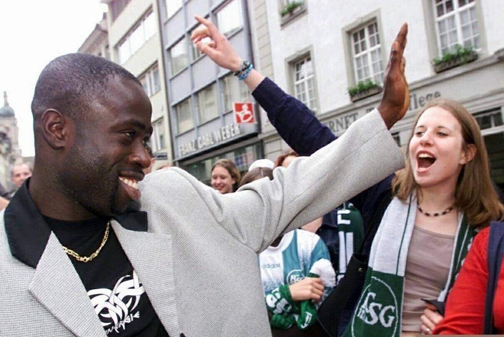 FCSG-Legende Charles Amoah freut sich mit seinen Fans.