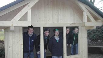 Die angehenden Zimmerleute im Spielhaus aus Holz mit einem Ziegeldach, das jetzt beim Schulhaus im Ortsteil Lüsslingen steht.