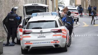 Mehrere Polizisten mit Maschinenpistolen sowie zwei Ambulanzen und zwei Helikopter waren am Samstag nach der Schiesserei in Grandson VD im Einsatz.