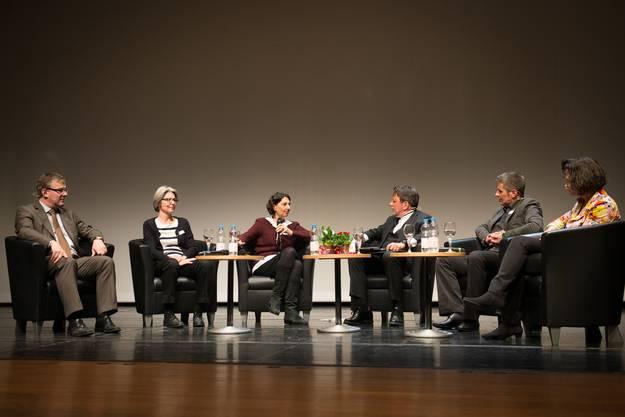 """Die Podiumsrunde, besetzt mit Andrea Maihofer, Leiterin des Zentrums Gender Studies, Christine Davatz-Höchner, Vizedirektorin des Schweizerischen Gewerbeverbands, Agatha Keller Co-Head EU GrantsAccess, Jürg Wiler, Leiter der Kampagne """"Der Teilzeitmann"""" und Christoph Müller von der AXA Winterthur fühlte dem provokanten Tagungsthema """"Die Zukunft ist weiblich"""" auf den Zahn."""