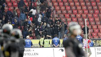 Nach dem Spiel: FCZ-Hooligans versuchen den Zaun im Letzigrund zu durchbrechen.