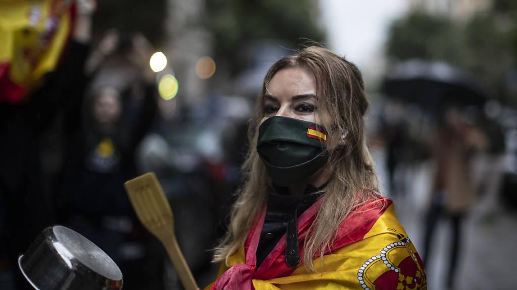 Dank ans medizinische Personal und gleichzeitig Protest mit Pfannenschlagen - Cacerolada - gegen die Massnahmen der Regierung in Madrids Strassen.