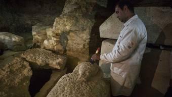 Ein ägyptischer Archäologe arbeitet an einem der in einer neu entdeckten Grabstätte in Al-Minya gefundenen Sarkophagen. Einen davon will der Discovery Channel am Sonntag vor laufenden Kameras öffnen lassen. (Archivbild)