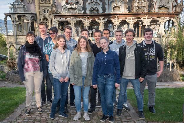 Diese 13 Lehrlinge haben den Bruno-Weber-Park vermessen.