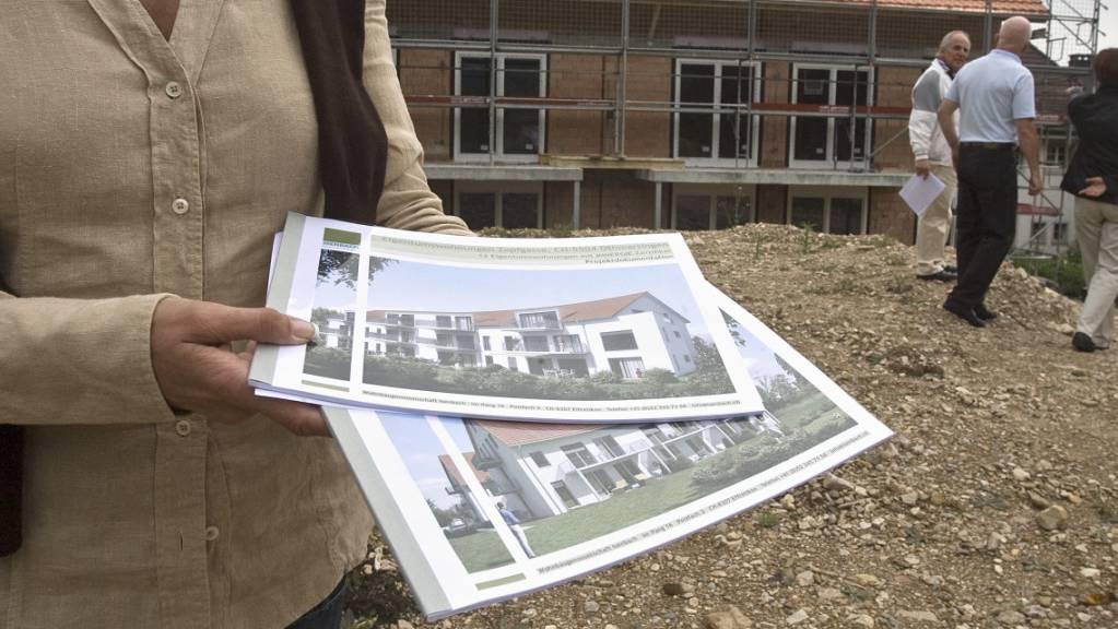 Wer sich ein Haus oder eine Wohnung kaufen möchte, muss immer tiefer in die Taschen greifen. (Archivbild)