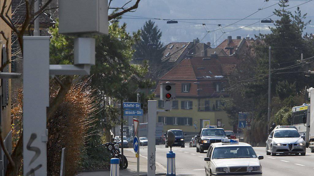 Solche fixen Radarkästen, wie hier in Zürich, wird es im Kanton Aargau bis auf weiteres nicht geben. Der Kanton ist in dieser Hinsicht ein Exot in der Schweiz. (Symbolbild)