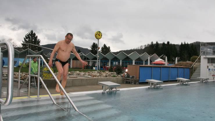Roland Dathe hat als Erster die Openair-Schwimm-Saison eröffnet. Im Hintergrund an Krücken Urs Beck
