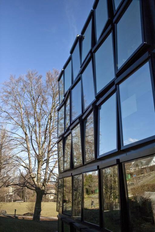 Das zentrale Institutsgebäude liegt neben dem Campus. Dort liegen die Büros der Institute.