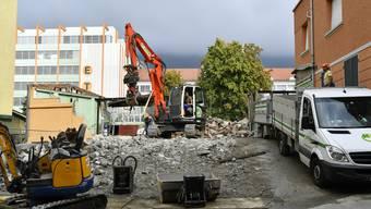 Neben dem Sorag-Hochhaus wird ein kleines Gewerbegebäude abgerissen.