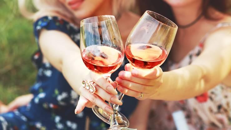 Je heisser der Sommer, desto mehr Rosé wird getrunken. Doch der frischfruchtige Wein passt auch zu Fondue.