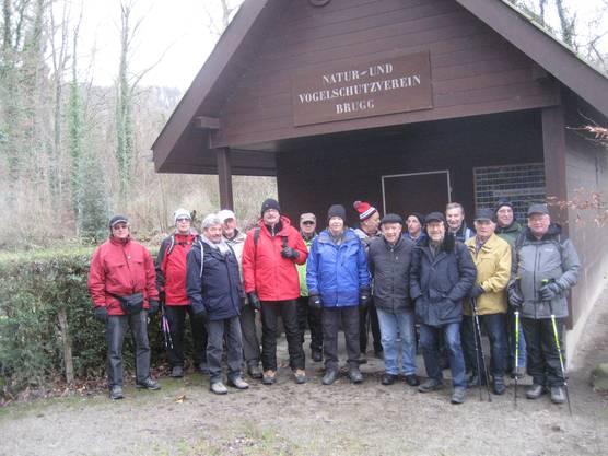 Gruppe beim Clubhaus des Natur-und Vogelschutzvereins Brugg.