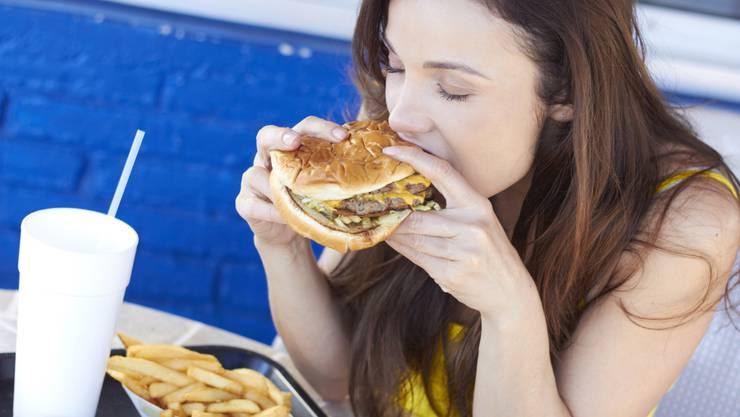 Burger, Fritten, Cola: In stark verarbeiteten Lebensmittel steckt nicht mehr viel Natur. Unsere Darmbakterien freut das nicht.