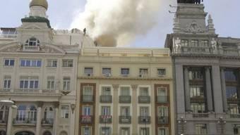 Rauch steigt aus dem Alcazar-Theater im Zentrum  Madrids