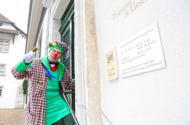 Der Solothurner Stadtpfarrer Niklas Raggenbass in Narrenkluft an der Fasnacht 2015. (Archiv)