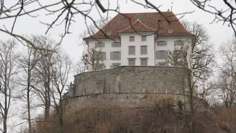 Von aussen bietet das Schloss bereits seit einigen Monaten einen schönen Anblick. Ob innen fertig renoviert werden kann, ist wegen einer Beschwerde gegen den Gemeinderat zurzeit allerdings ungewiss.
