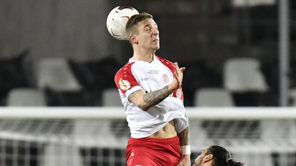Ein Bild mit Symbolcharakter: Der Schweizer Essen-Captain Marco Kehl-Gomez überragt Leverkusens Aleksandar Dragovic