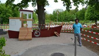 Phithak Schmassmann präsentiert den neuen Spielplatz mit dem Spielschiff «Lustige Lotte».
