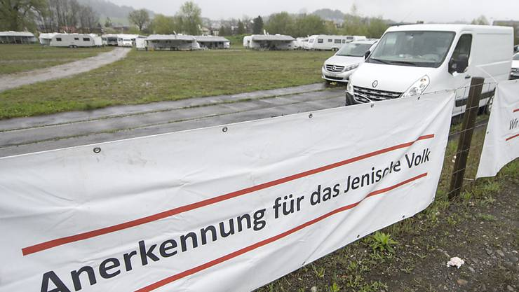 Rund 500 Jenische mit Wohnwagen belagerten im vergangenen April ein Industrieareal in der Luzerner Gemeinde Kriens, um auf ihre Anliegen aufmerksam zu machen. Der Bundesrat nimmt diese ernst. (Archivbild)
