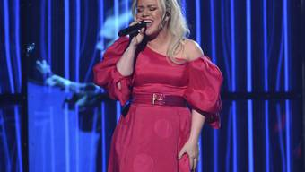 Kurz nachdem US-Sängerin Kelly Clarkson die Billboard Awards zu Ende moderiert hatte, wurde ihr der Blinddarm entfernt.