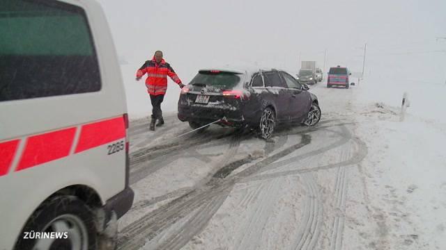 Schnee verursacht Verkehrschaos im Frühling