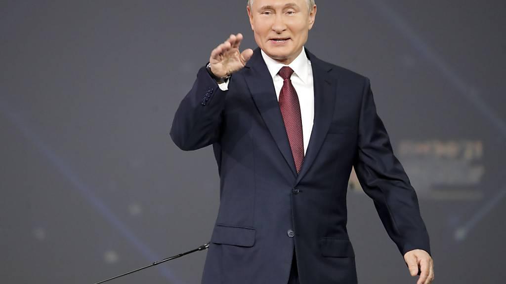 Russlands Präsident Wladimir Putin kommt zum St. Petersburger internationalen Wirtschaftsforum. Foto: Dmitri Lovetsky/AP Pool/dpa