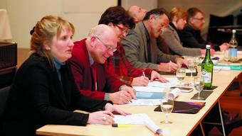 Ziele niedergeschrieben: Der Gemeinderat (von links): Paula Schaub (EVP), Kurt Blatter (SP), Laura Baumgartner (SP), Thomas Rufener (SVP), Rolf Baer (FDP), Christine Bobst (jll) und Jürg Häusler (SVP). Felix Gerber