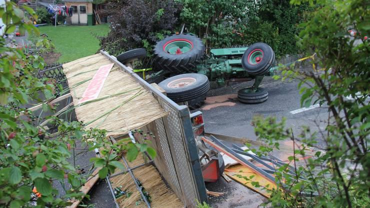 Der mitsamt Anhänger umgestürzte Traktor an der Hochwachtstrasse in Wohlen.