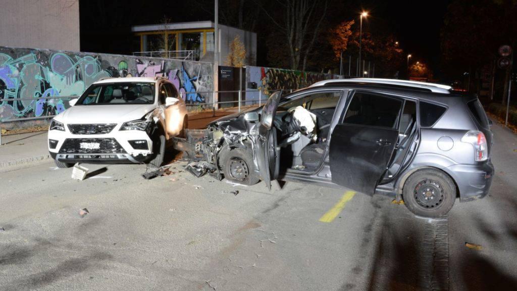 Bei einer Frontalkollision eines zivilen Polizeifahrzeugs mit einem Personenwagen in Allschwil BL sind vier Menschen verletzt worden.