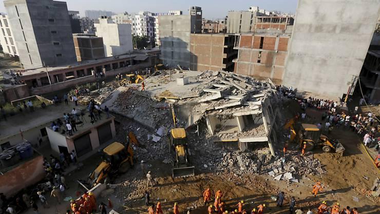 Beim Einsturz von zwei Häusern in Neu Delhi sind mindestens drei Menschen ums Leben gekommen.