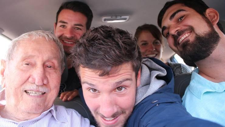 Ende letzer Woche sind mein Kumpel Tschügge (z.v.l.), Lea und ich mit Eduardo (r.) und seinem Opa nach San Salvador gelangt. Dort heisst es Abschied nehmen.