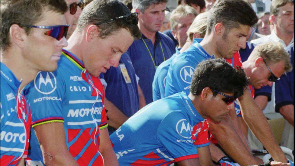 Fabio Casartellis Teamkollegen aus dem Motorola-Team um Lance Armstrong (zweiter von links) sind nach dem Unglück fassungslos