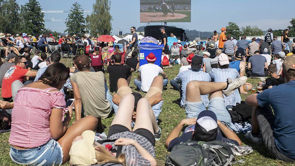 Nicht nur in der Arena verfolgten die Schwingfans die Zweikämpfe, auch auf Grossleinwänden.