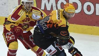 Gardner schirmt den Puck vor dem Langnauer Lindemann ab
