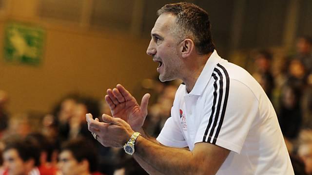 Goran Perkovac feuert seine Equipe an