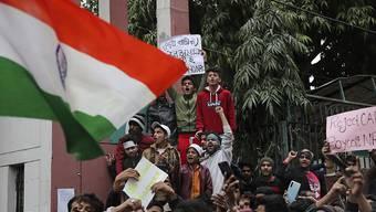 In Indien haben Tausende gegen ein kontroverses Einbürgerungsgesetz protestiert. (AP Photo/Altaf Qadri) Geo-Information: Indien/Neu-Delhi Quelle: AP Fotograf: Altaf Qadri Restriktionen: Copyright 2019 The Associated Press. All rights reserved.