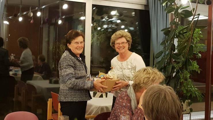 Rita Brunner (rechts) bedankt sich bei Therese Reimann für ihre Vorstandsarbeit