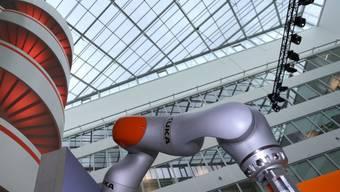 Keine Bedenken: Bei den deutschen Robotern von Kuka geben künftig Chinesen den Takt an. (Archiv)