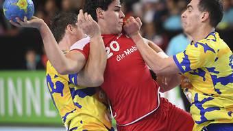 Luka Maros wird gleich von zwei Gegenspielern gebremst