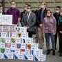 70000 Unterschriften reichte das Referendumskomitee gegen eine Ausweitung des Diskriminierungsartikels ein. Bild: Peter Schneider/Keystone (Bern, 8.April 2019)