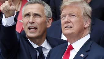 Nato-Generalsekretär Jens Stoltenberg (links) hat US-Präsident Donald Trump wegen seiner Forderungen nach mehr Geld für die Nato gelobt. (Archivbild)